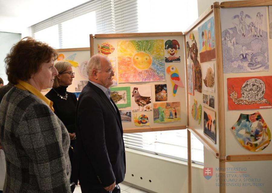 0ff20eb3e7c8 V priestoroch ministerstva školstva je výstava výtvarných prác detí z  nemocnice. 02.12.2013