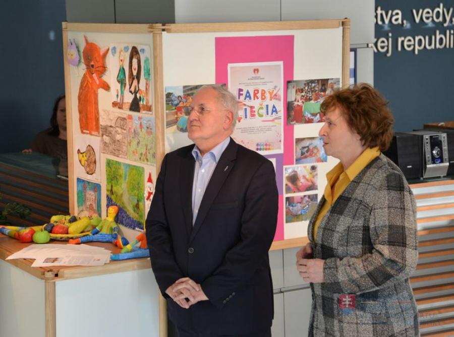 97b4bdc9d86f V priestoroch ministerstva školstva je výstava výtvarných prác detí ...